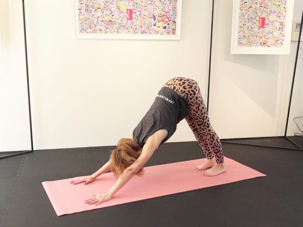 両膝を床からはなして三角形の形を作り、ダウンドッグポーズになります