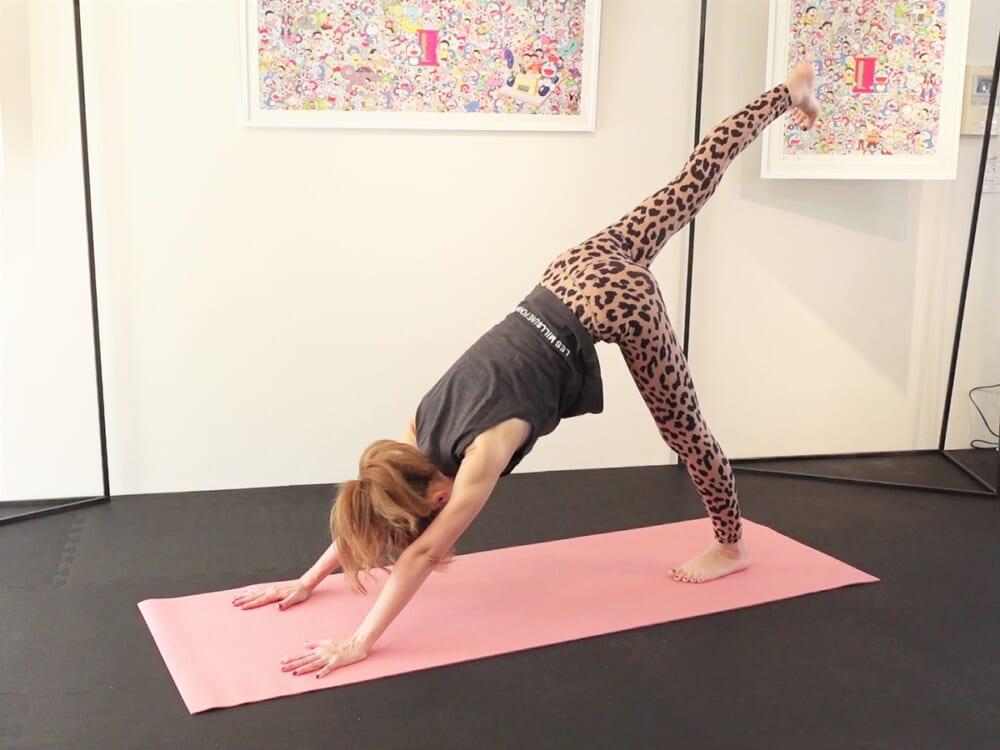 さらに右足を天井方向に伸ばして、片脚のダウンドッグポーズになります。この時、腰が反り過ぎたりしないように、肩を前に出し過ぎないように注意しましょう