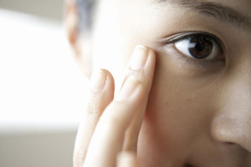 目元を確認する女性