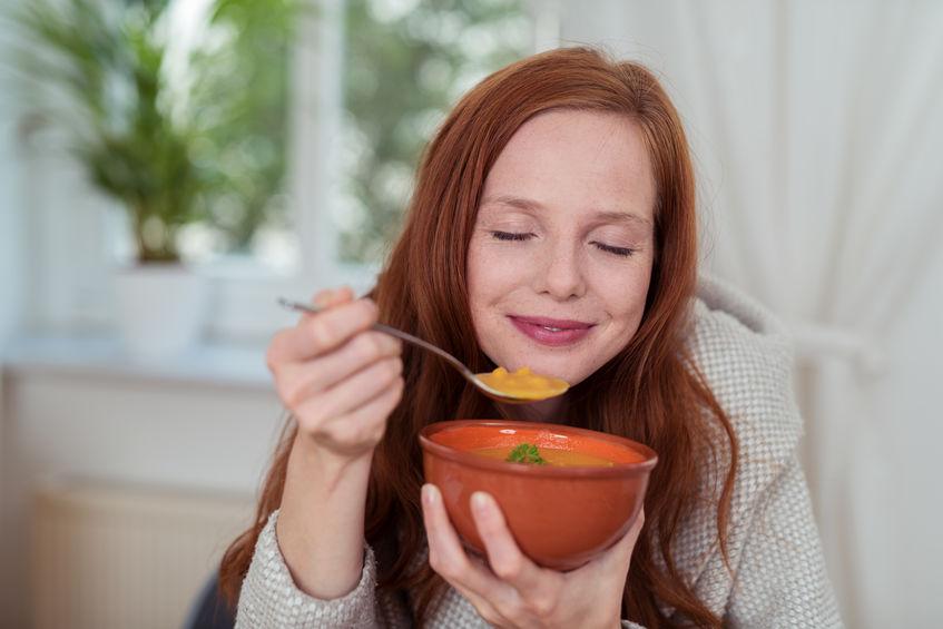 スープをいただく女性