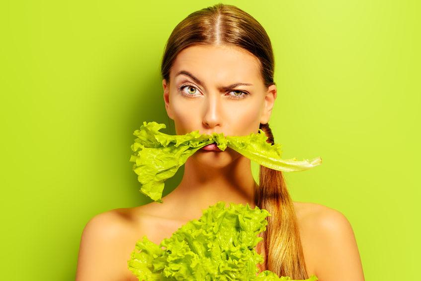 生野菜を食べる女性