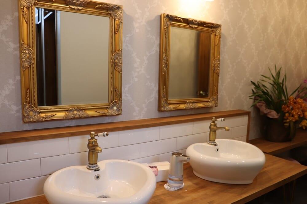 大きな鏡の前で左右対象になるよう仕上げる