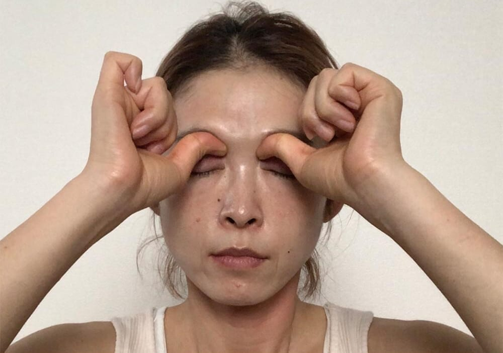 STEP1:鼻の付け根を親指で押す