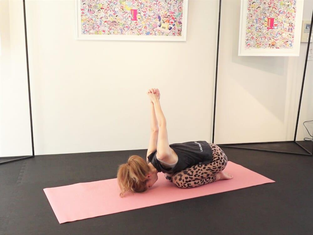 腰回りで手を組んで天井方向に伸ばし、肩を大きく左右に揺らしながら胸や肩、背中をほぐしてリラックスします。最後に、チャイルドポーズで深い呼吸と共に腰や背中をリラックスさせましょう