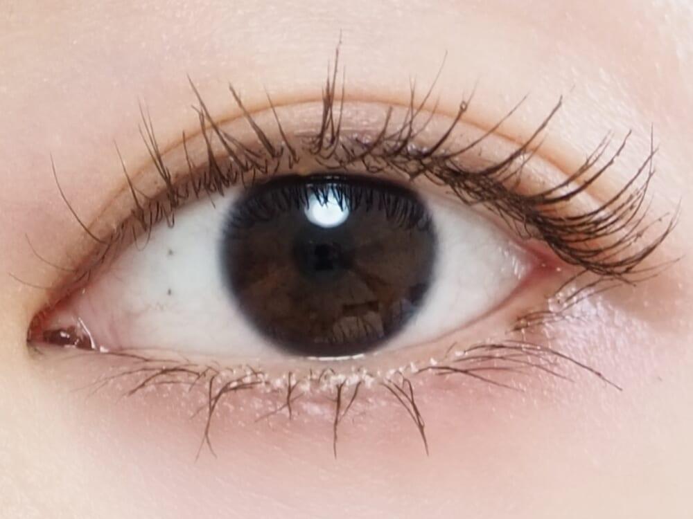 ほんのりとグレーを感じるブラウンの色味が絶妙で、やわらかく儚げな目元を演出してくれます