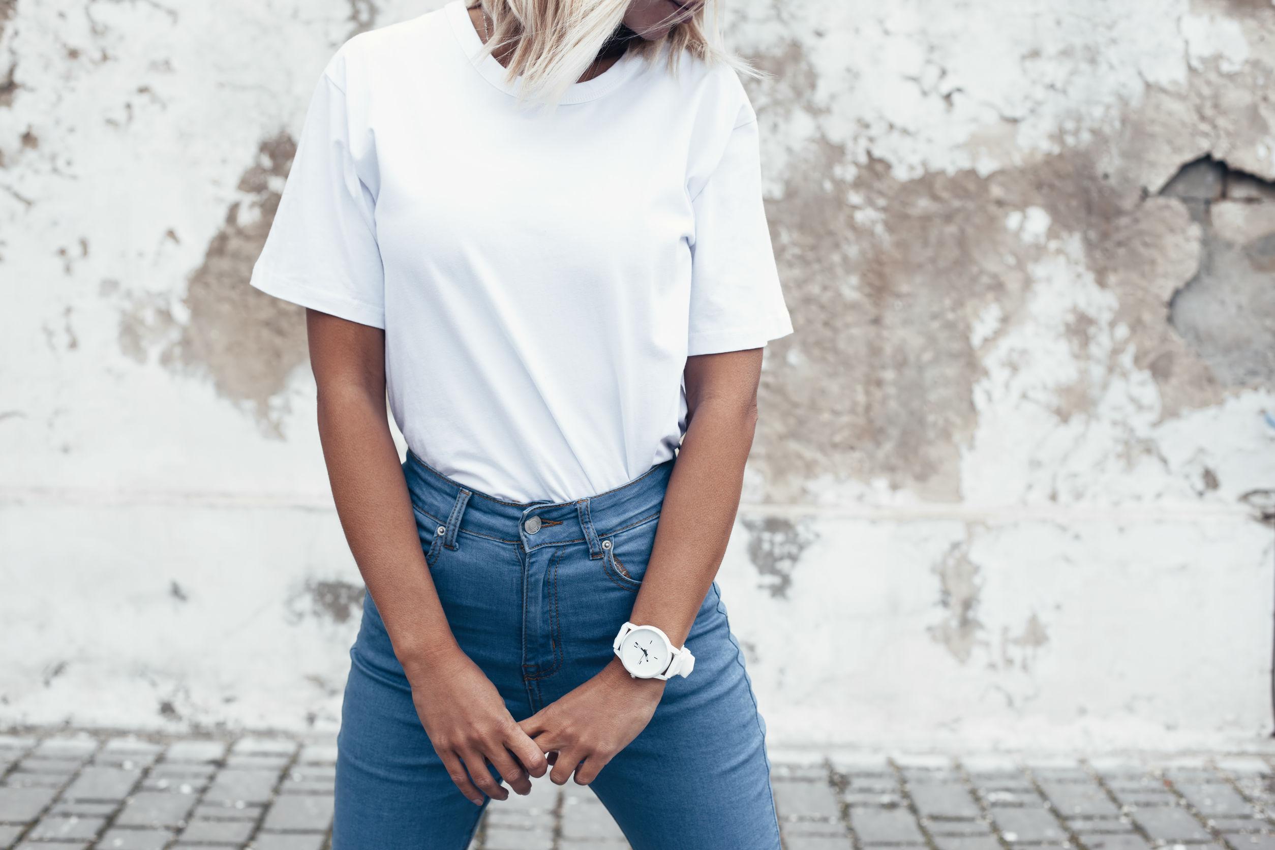 Tシャツを着た女性