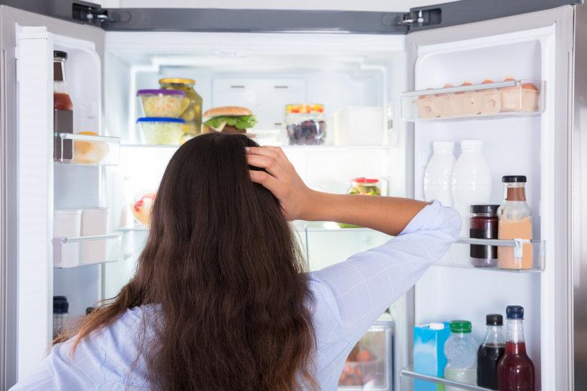 冷蔵庫をあける女性