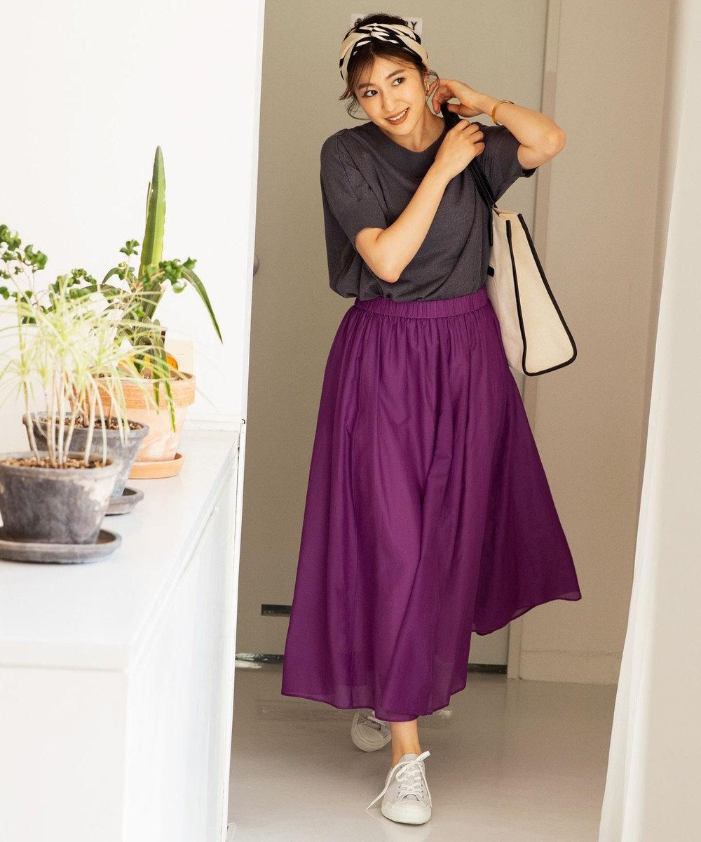 きれい色のスカートでこなれ感のあるリラックスコーデ