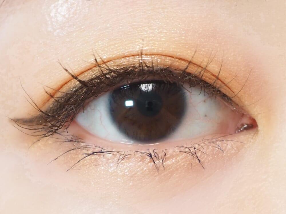 一つ目は、一番濃いブラウンのカラーはまぶたの際全体ではなく、写真のようにポイントで使用しましょう。こうすることで、目元の印象を暗くすることなく、ほどよい自然な陰影を作ることができます