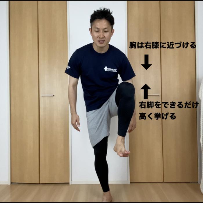 右脚をまっすぐ高くあげます。右膝に胸を近づけるように腰を丸めます。ゆっくりと脚をおろします