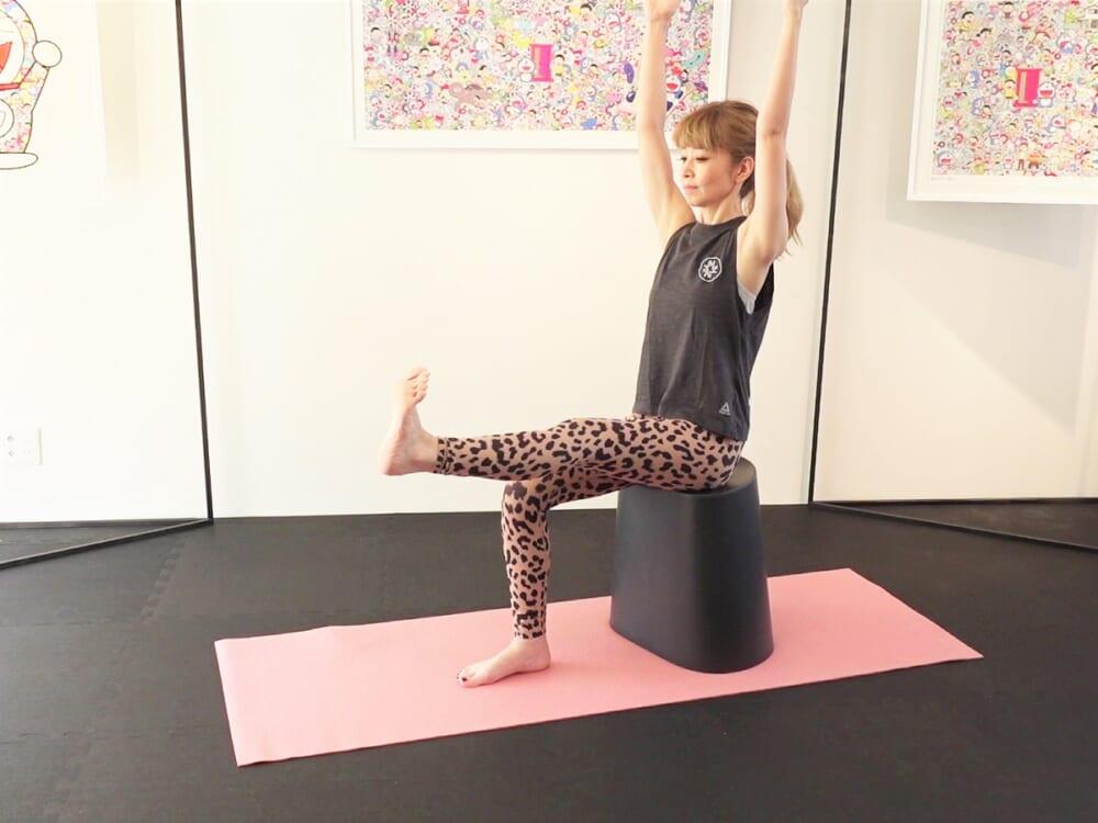 かかとを押し出し、両手を上に伸ばし3呼吸キープします。この時、腰が反ったり丸まらないように注意しましょう。反対側も同様に動作を繰り返します。