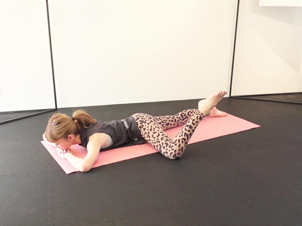 吸う息と共にお腹を腰に引寄せ、体幹を安定させます。吐く息とともにかかとを天井方向に向け、おろします。脚の付け根を内側に絞るように回すイメージをもつと、脚の付け根(股関節周辺)がギューッと締まり効果が感じられるはずです