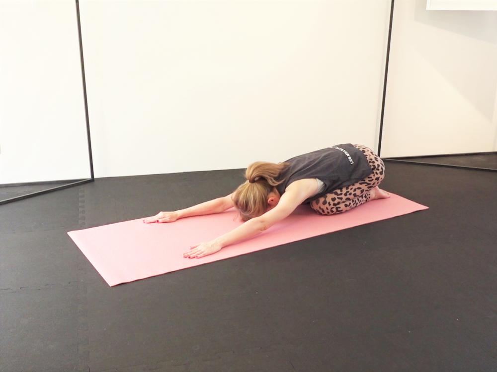 正座姿勢から両手を伸ばし(チャイルドポーズ)、腰や背中をリラックスさせましょう