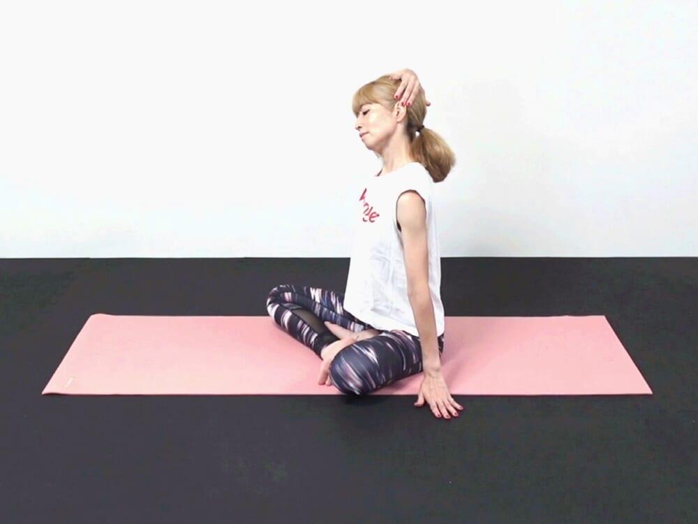頭を右に傾け、右手で左こめかみ辺りに手をそえ口角を引き上げるようにゆっくりとストレッチします。徐々に左手のひらを床につけ、鎖骨を下げて肩を下げます。頭をゆっくりゆらしながら胸鎖乳突筋をストレッチしましょう