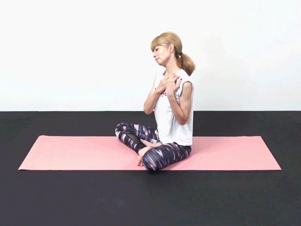 鎖骨を下げた状態で両指先で鎖骨の上を押しながら、リンパの流れを促します。鎖骨を下げながら頭をゆらし胸鎖乳突筋周辺を丁寧にストレッチしてください