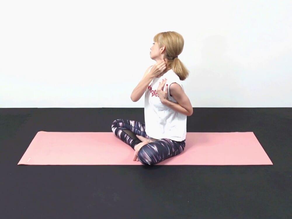 ゆっくり鼻先を正面に戻し、そのまま鼻先を右方向に向けて左胸鎖乳突筋を揉みます。皮膚を引っ張り筋肉&筋膜をストレッチします。