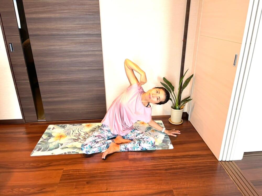 気持ちよく体側の伸びを感じた後は、伸ばしている手を肩にそえて肘で大きな円をかくように動かします