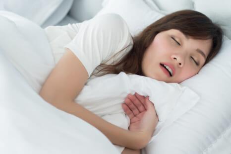 ヒーリング音楽で老け肌に?快眠のために避けたいNG習慣