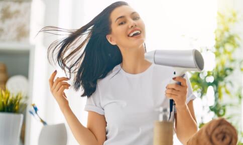 自然乾燥で髪と頭皮が老ける?夏もドライヤーを使うべき理由