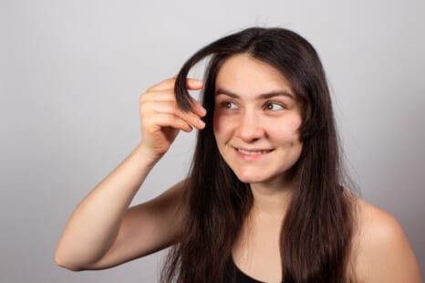 髪老化が原因?「ぱっくり前髪」予防&スタイリング法