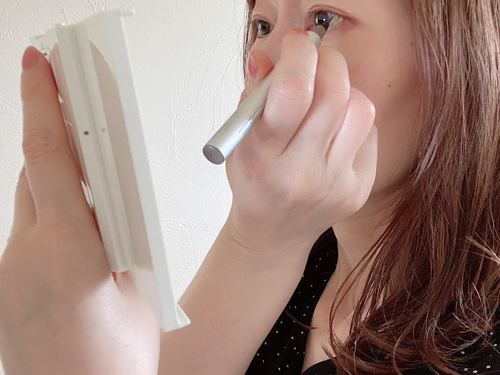 拡大鏡なら目元が大きく見えるので、繊細なラインも引きやすいですよ。筆者はダイソーで購入したLED付きのコンパクト三面鏡を使用しています