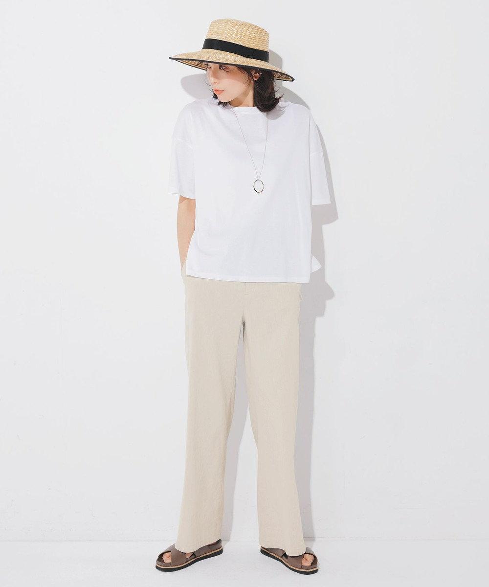 白Tシャツ+ベージュパンツのワントーンコーデ