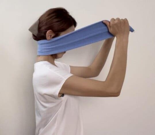 タオルを前方に引っ張った状態であごを引き、20秒キープします。頭の力を抜いてリラックスしながら行ってください