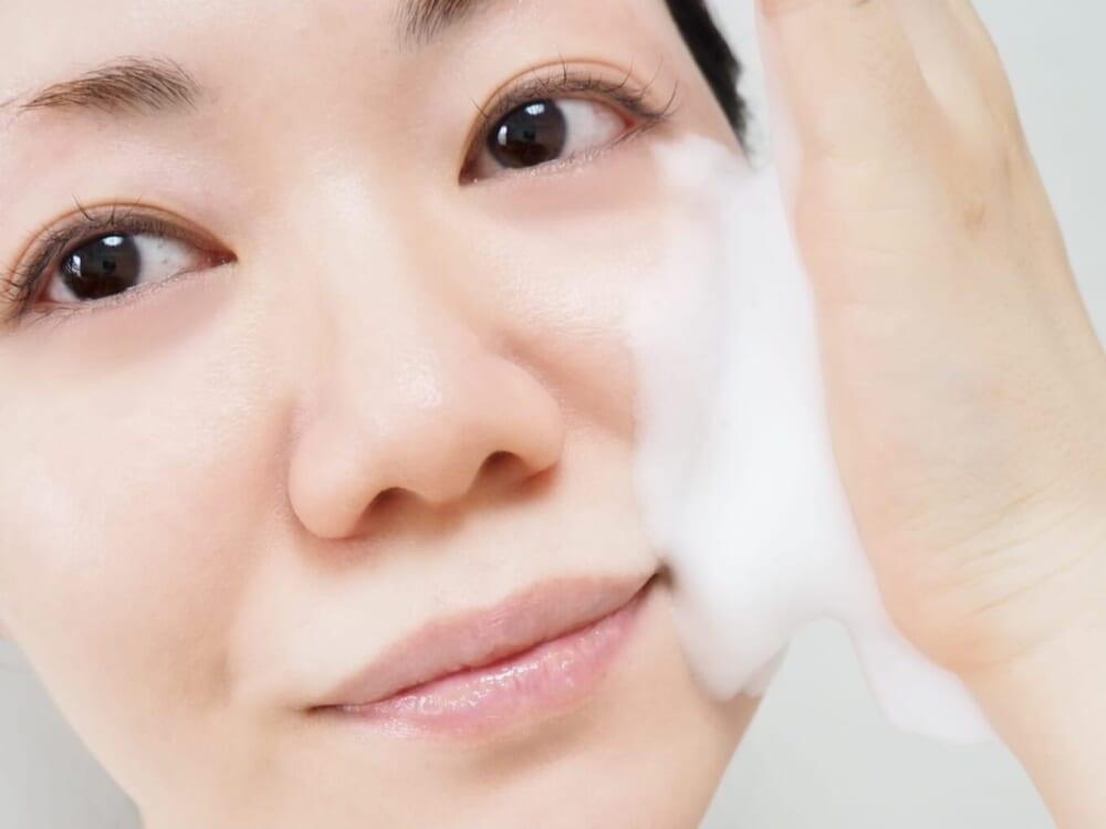 この時、肌を直接手で触るまで泡を押しつけないように注意してください