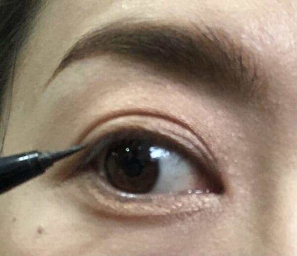 3)と(4)の位置に入れる時も、仕上がりの見え方が決まるので目を開けた状態で入れていきます。位置や太さが決まったら、目を閉じてもキレイに見えるか確認します