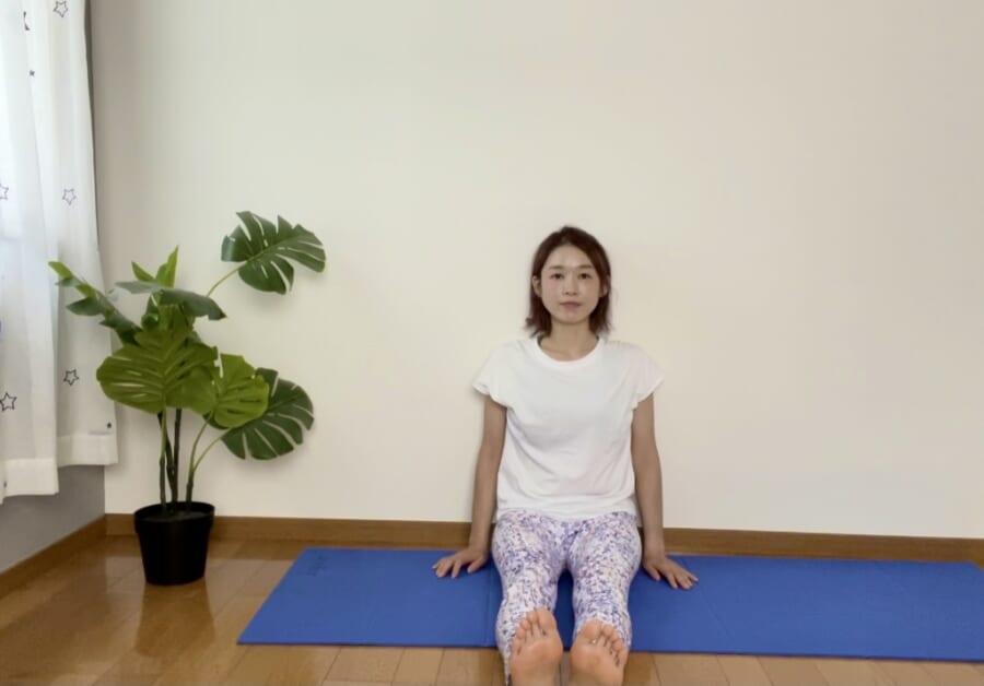 STEP1:壁にお尻をつけて座る