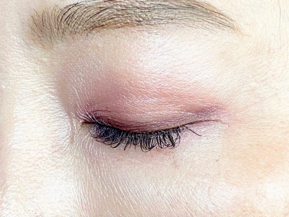 深い紫は目元を少しだけ色っぽくしてくれます。友人との会食、お呼ばれの時などに使ってください