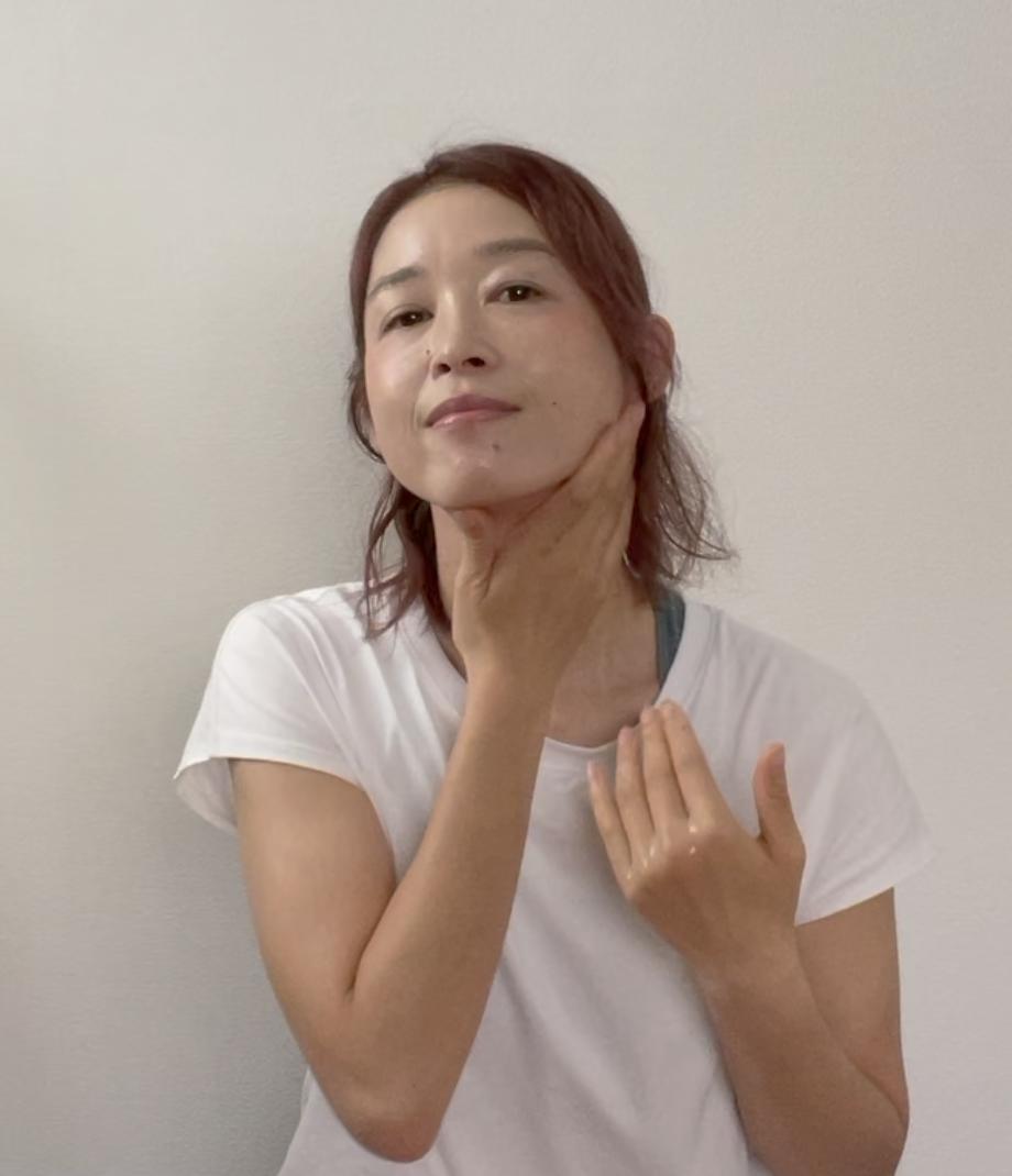 STEP1:マッサージオイル、またはスキンケアを顔とデコルテ全体につける