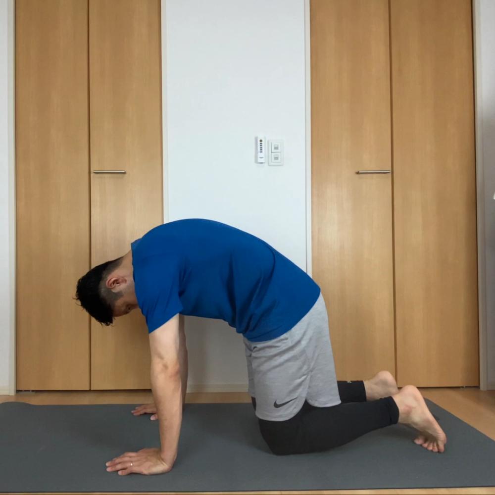 息を吐きながら思い切り腰を丸め、息を吸いながら腰を思い反り返ります。これを、10回繰り返してください
