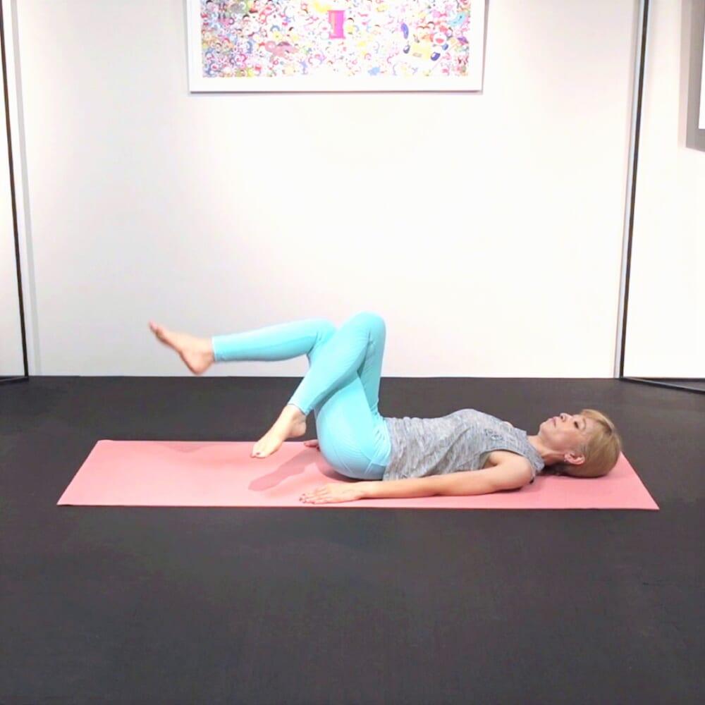 床に仰向けになり、膝を立てたら右足を左足の上に乗せるor絡めます