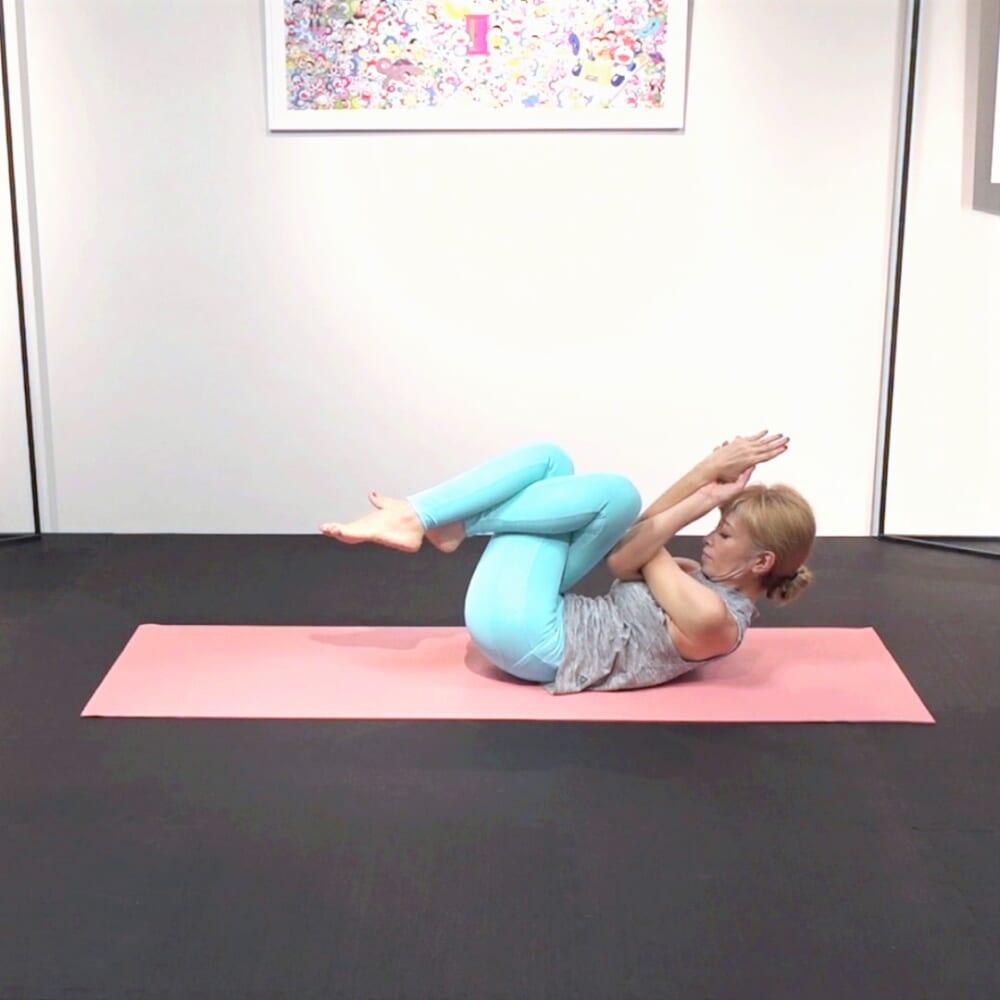 吐く息とともに両肘と両太ももを近づけます。この動作を5回繰り返します