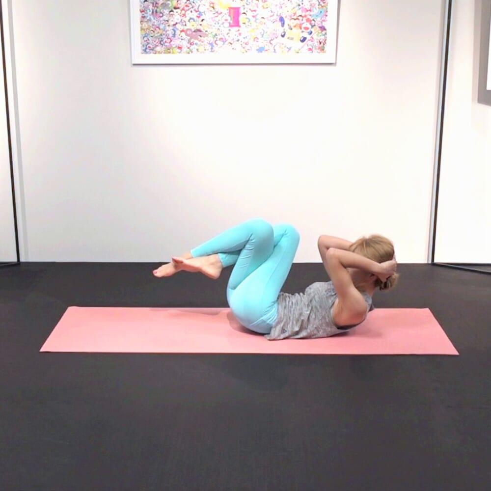 反対側も同様に動作を繰り返します。両手をからめると肩が痛い人は、両肘を頭の後ろにそえて動作してください