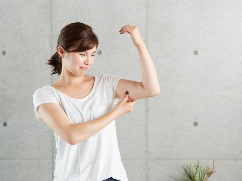 二の腕に悩む女性