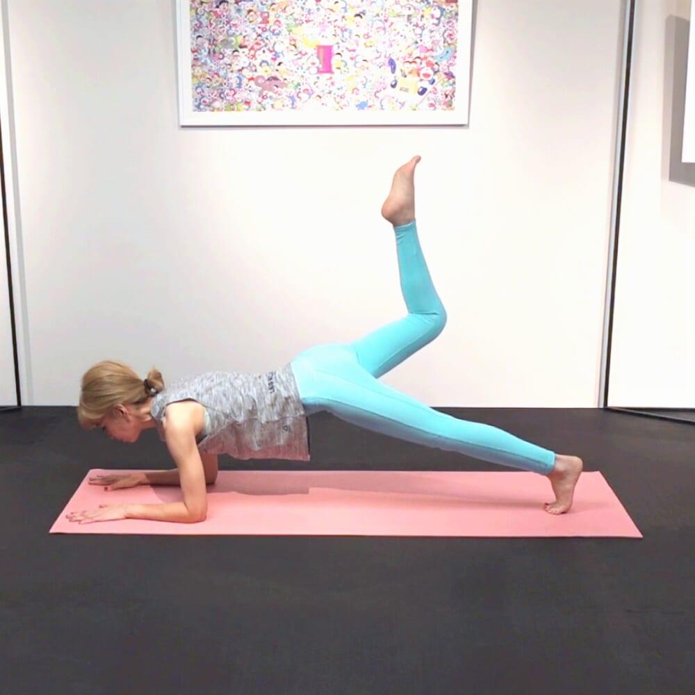 そのまま、膝を5回上げ下げします。反対側も同様に動作を繰り返します