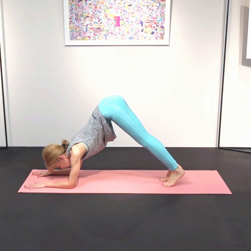 さらに、両足を肘方向に近づけ、お尻を天井方向に押し上げて三角形を作ります