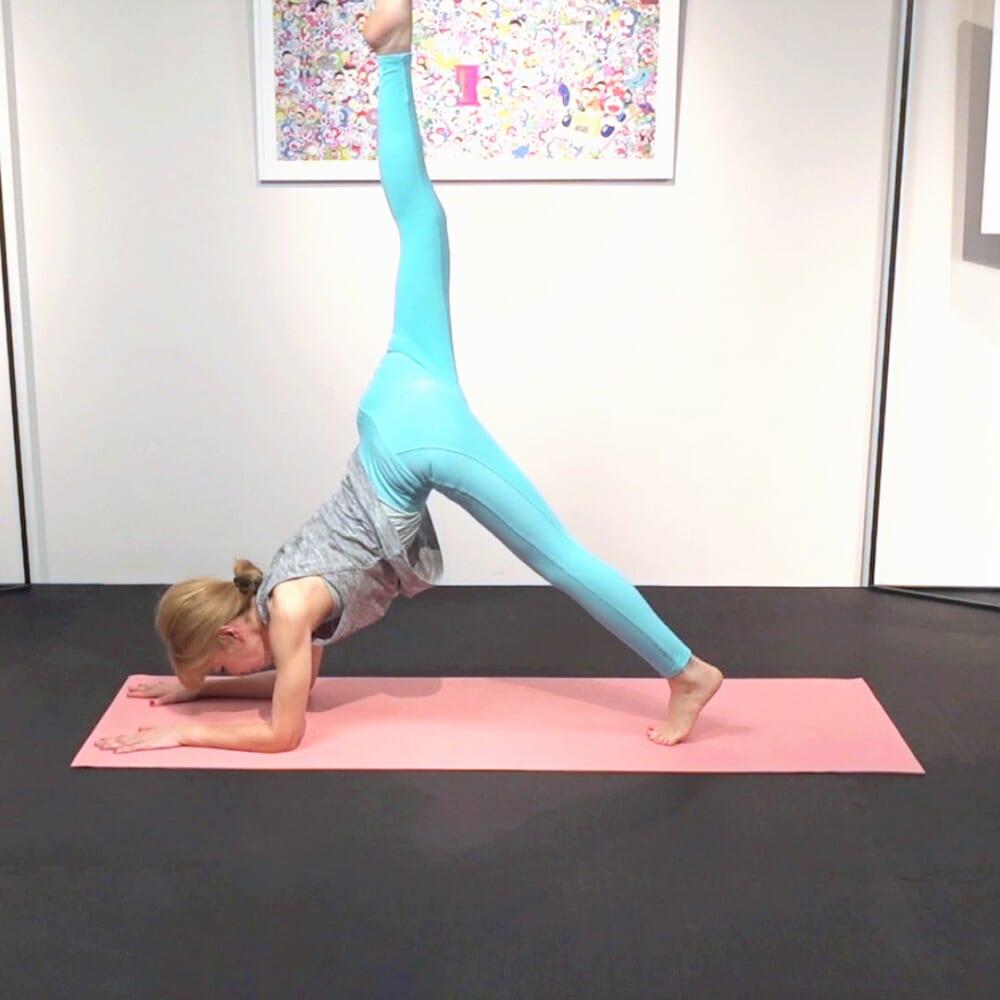 右足を天井方向に伸ばし、臀部を刺激します。反対側も同様に動作を繰り返します