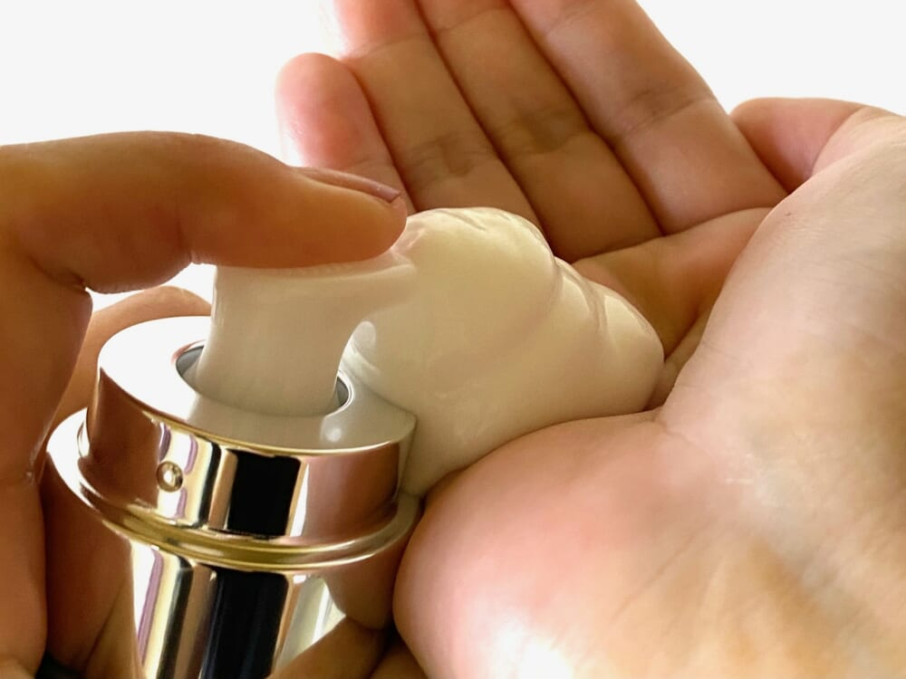 洗顔後、容器を振らずに本体を垂直に持ち、手のひらに3センチほど出して顔の中心から外側に向かって伸ばしていきます