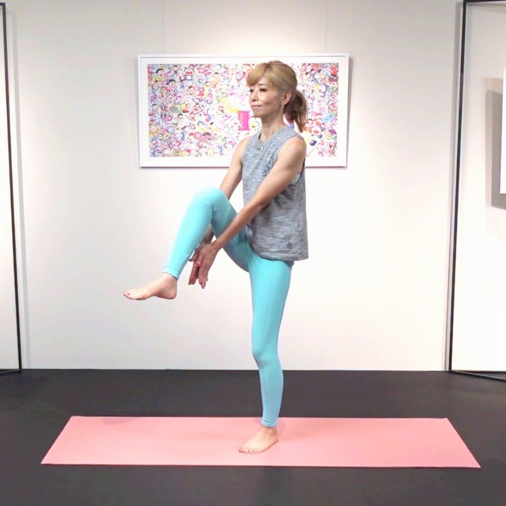 右膝を引き上げ膝の下で両手タッチさせます。上体をキープしたまま右足を引き上げてください