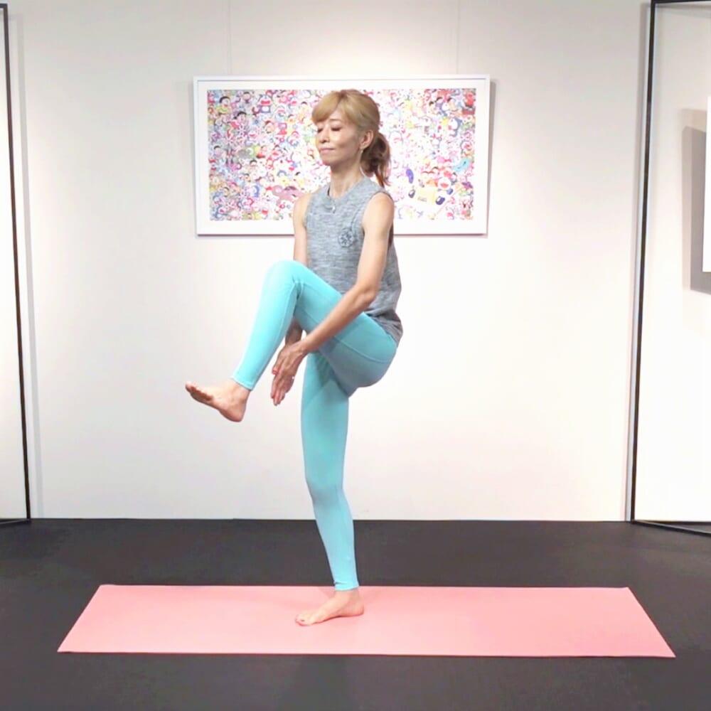 次に左膝を引き上げ、膝の下で両手をタッチさせます。(2)と(3)を1分間繰り返します