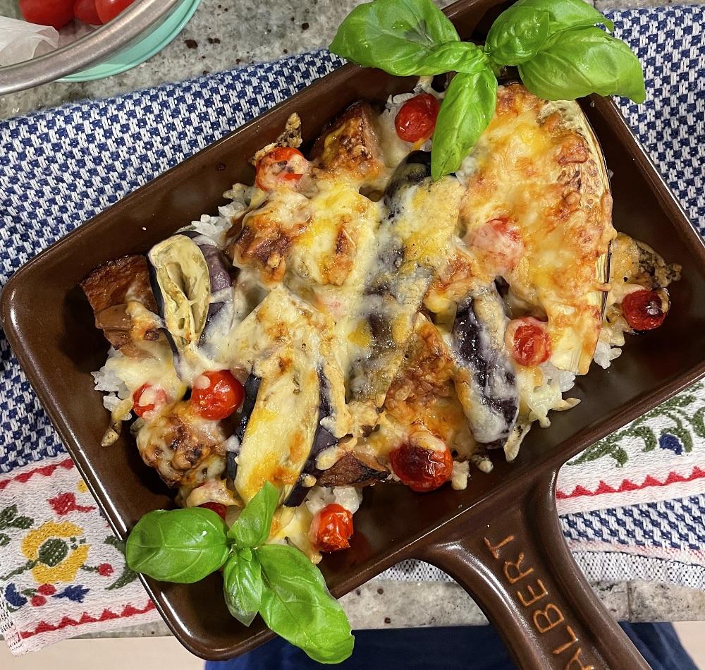 筆者の家庭では、冷ご飯の上にナス・チーズ・トマト・ハーブをのせて焼きドリア風にするのが人気です