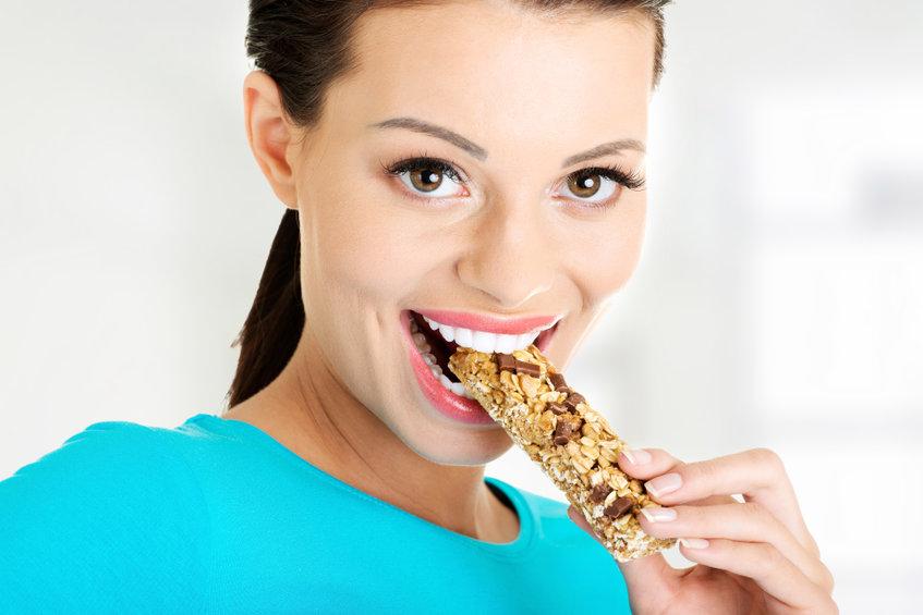 シリアルバーを食べる女性