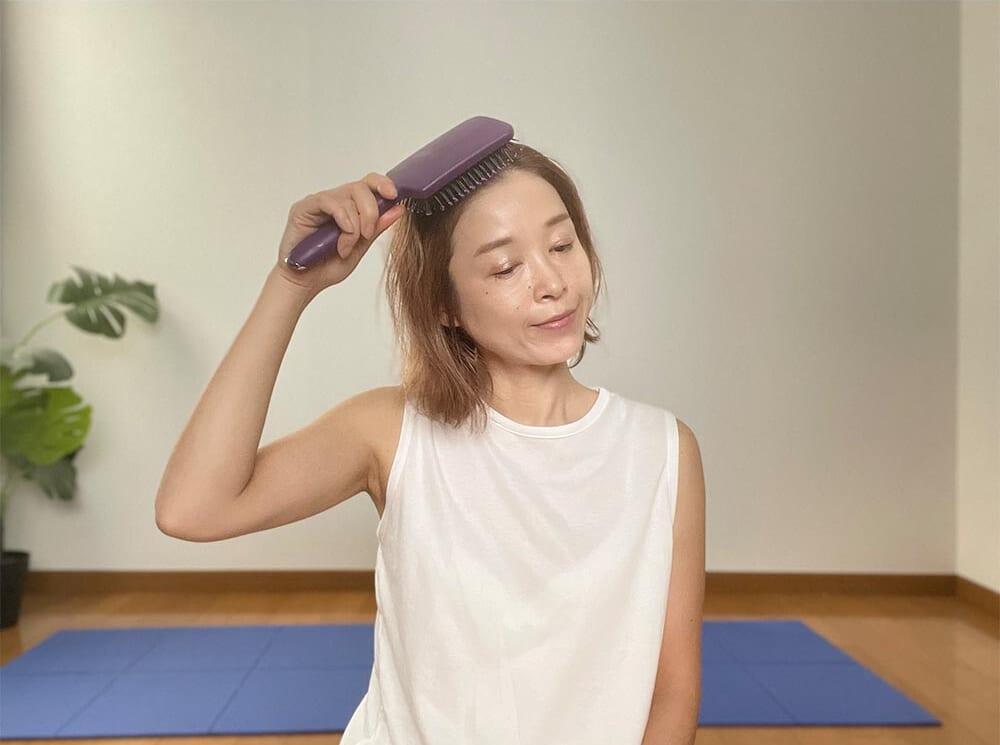 鼻筋の延長線上の生え際からスタートします。ブラシをあてたら、そこから頭頂部に向かってブラッシングしてください