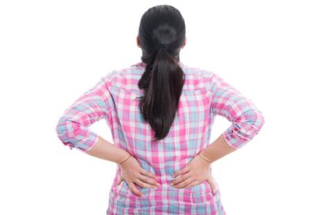 悪姿勢で脂肪が蓄積!?背中のムダ肉に効く簡単2分トレーニング