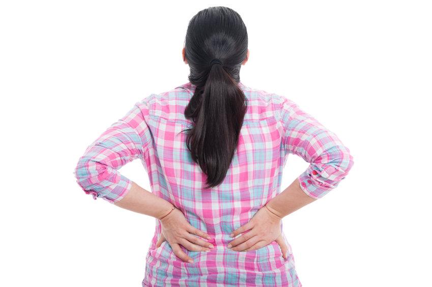 背中に悩む女性