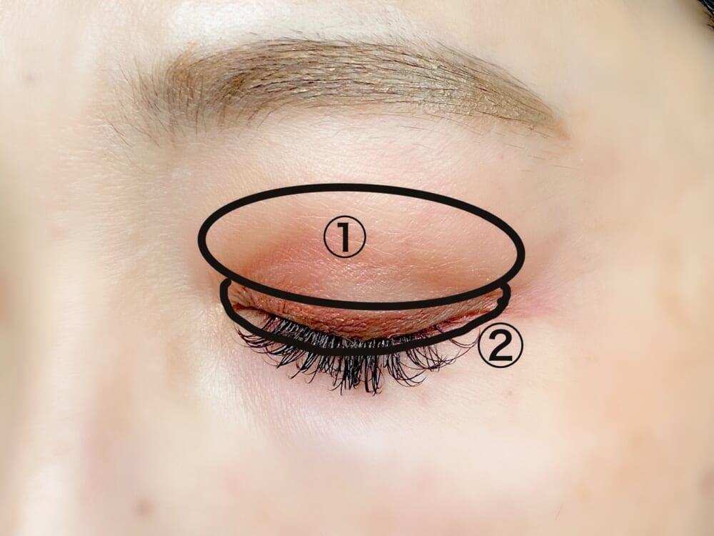 チップで直接二重瞼の部分に伸ばし、反対側のアイライナーで目頭から目尻まで線を引きます