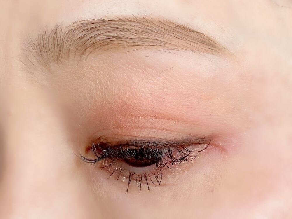 ペンシルアイライナーNはジェル処方で、軽く当ててもきちんと線が引けるのでまぶたに負担なく陰影をつけることができます。画像カラーの「BR 深みのある茶色」は、自然な影がつくのでキツイ印象を与えません。アイブロウペンシルNは、柔らかな眉毛が完成する「BR2 明るい茶色」がおすすめです